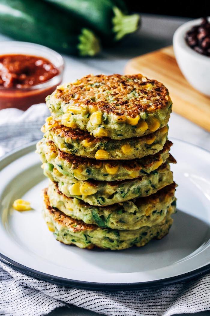 recette courgette et maïs galettes de légumes avec sauce tomate