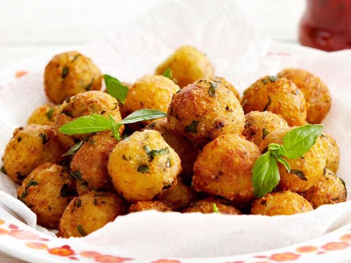 recette galette courgette en boules plat décoré de basilic
