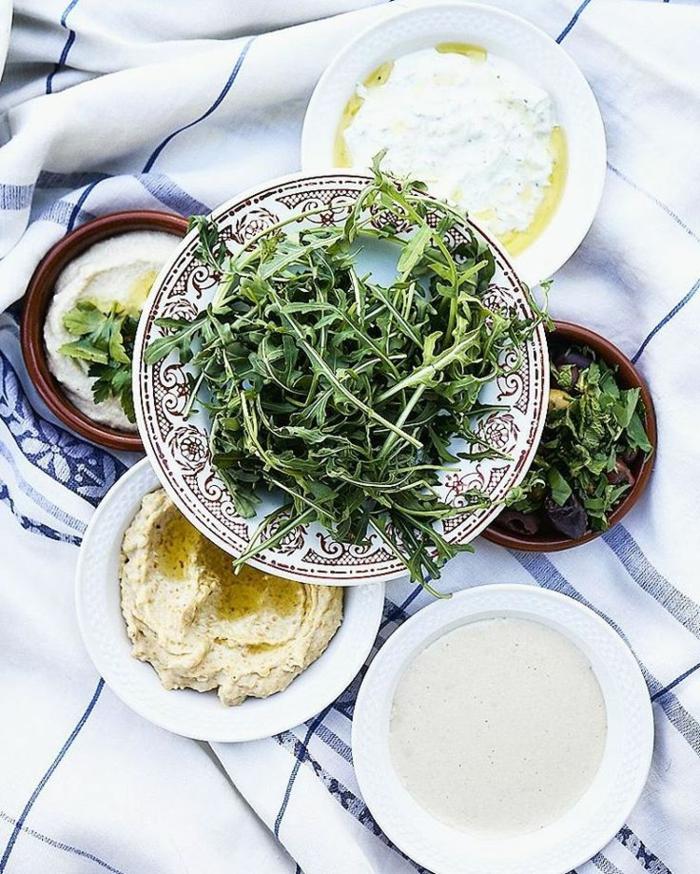 recette méditerranéenne tzatziki préparé avec yaourt concombre basilic et coriandre