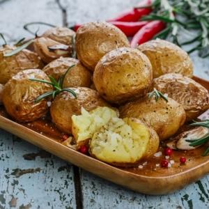Pommes de terre croustillantes au four au romarin - recette rapide