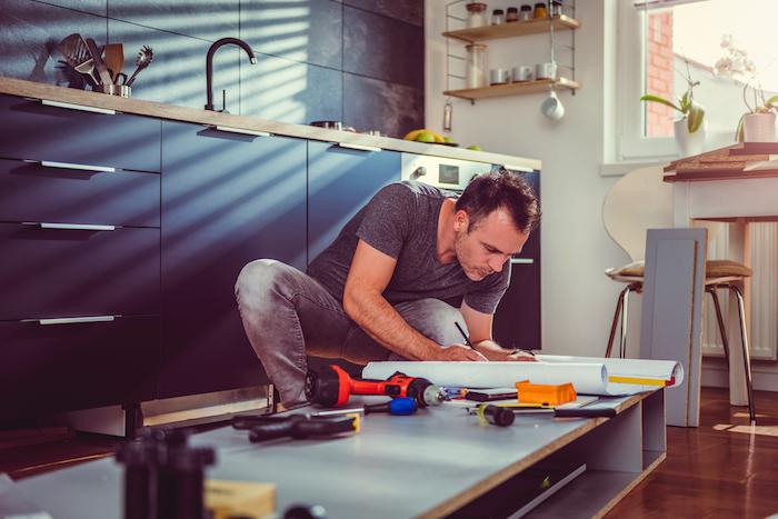 renover sa cuisine idée bricoleur en train de faire une rénovation de cuisine comment faire