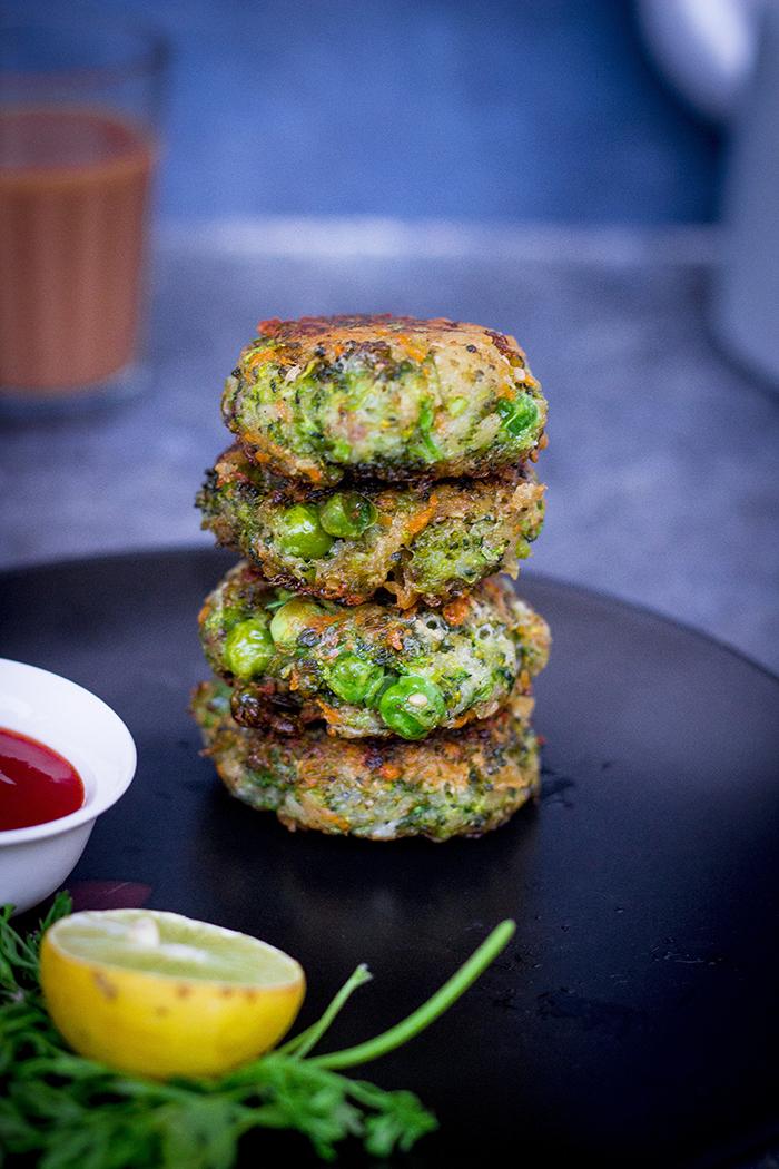 rosti de courgette à l oignon nouveau garni de salade verte et citron