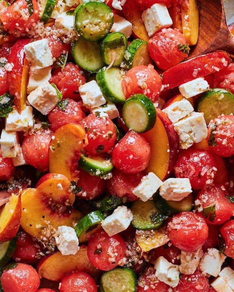 salade de fruits maison pastèque pêche concombre cubes de fromage menthe