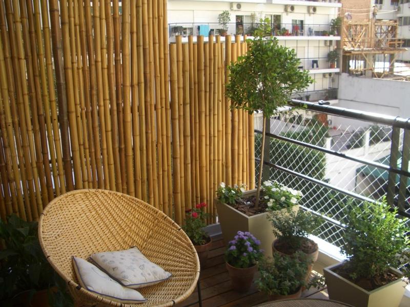 separation balcon canisses de bambou pour se cacher des voisins