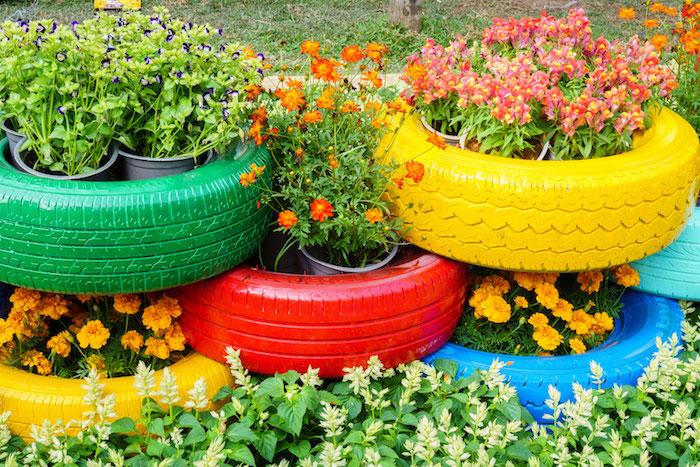separation de jardin avec des roues recyclés transformées en jardinières