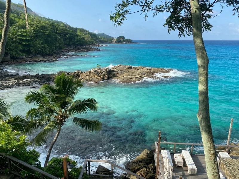 seychelles lieu paradisiaque palmiers vague rochers terrasse bois vacances