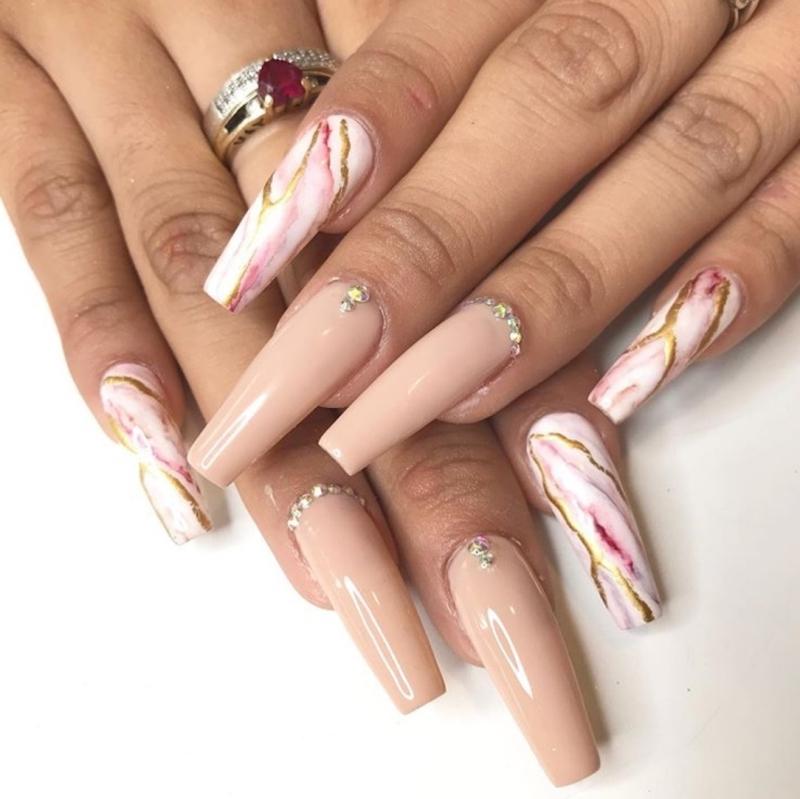 strass sur ongle effet marbre rose cristaux veines dorées