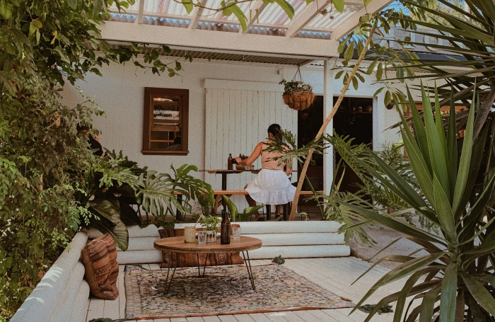 style bohème déco extérieure coussin motifs ethniques meubles bois blanc verdure façade maison blanche