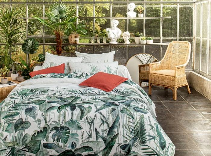 style exotique chambre meubles rotin plantes vertes monstera jungle déco housse couette jacquard
