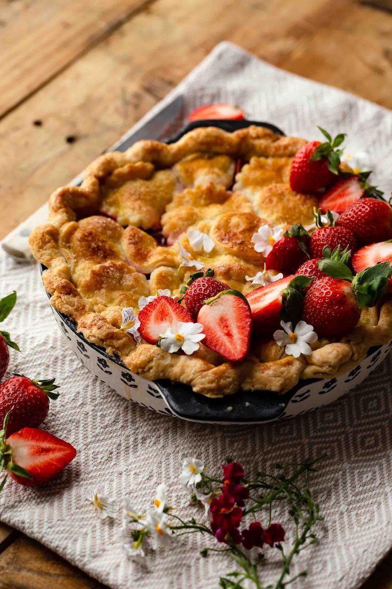 tarte rhubarbe fraise décorée d une manière originale