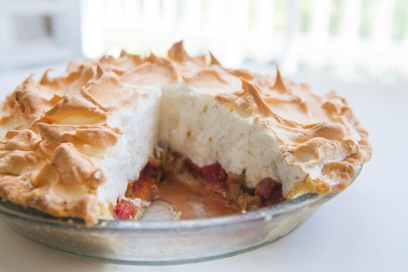 tarte rhubarbe méringuée servie dans une assiette transparente