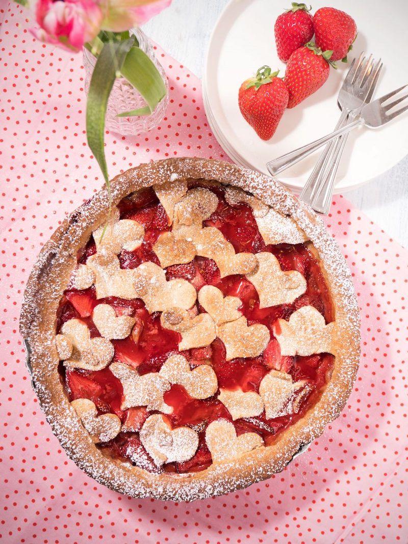 tarte rhubarbe sans crème deécorée avec des cœurs en pâte