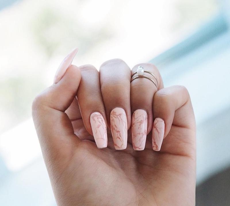 veines vernis rose ongle effet marbre rose design tendances manucure 2021