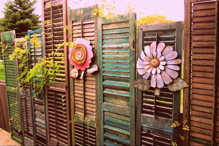 volets de porte et de fenetre recyclées bois vrut décorés de fleurs artificielles