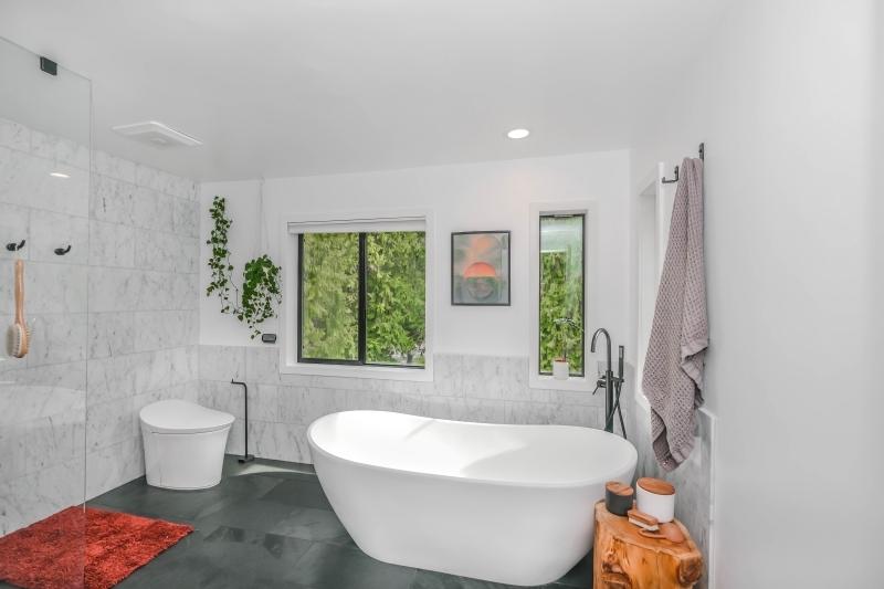 agencement salle de bain avec cabine douche et baignoire
