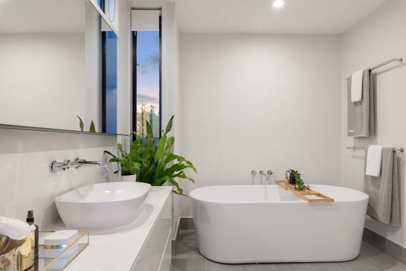 agencement salle de bains avec baignoire autoportante blanche