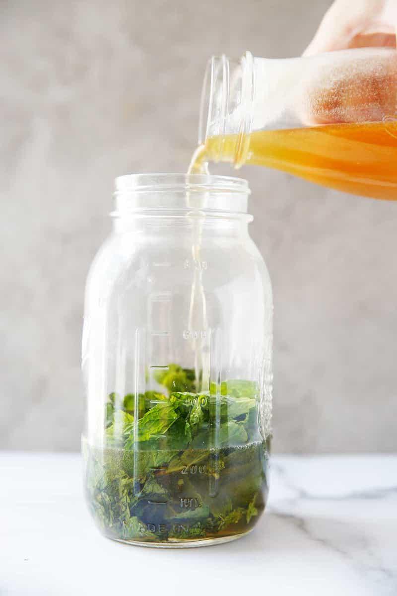 ajouter le sirop au sucre concentré aux feuilles de menthe dans bocal
