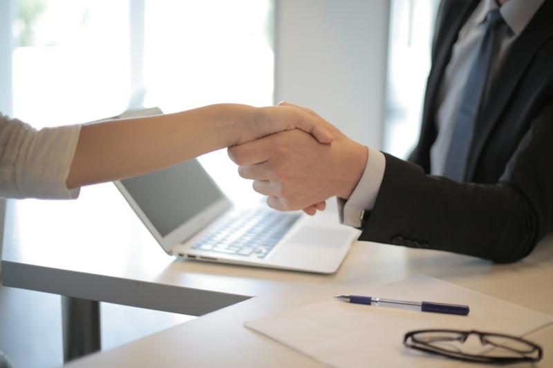 aménagement bureau professionnel un employé productif qui fait un bon travail