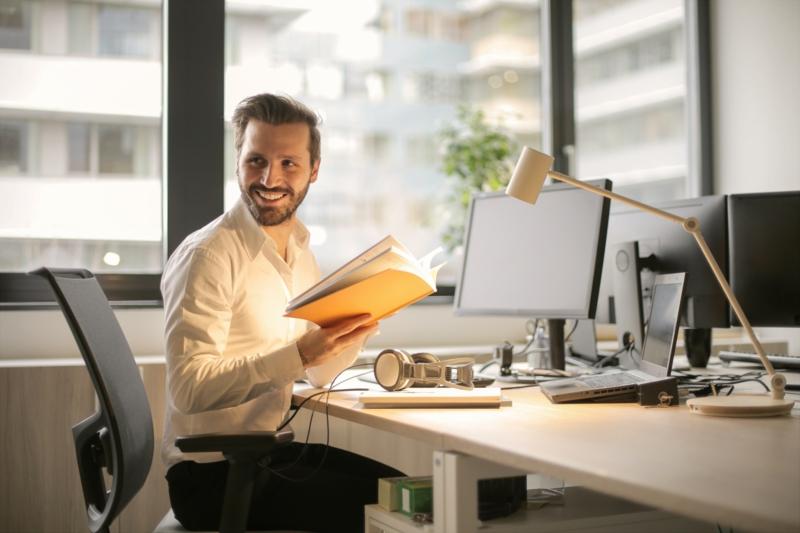 aménagement bureau professionnel un employé qui est heureux