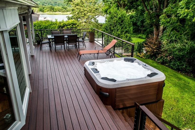 amenagement terrasse spa exterieur transat table a manger chaises vue jardin