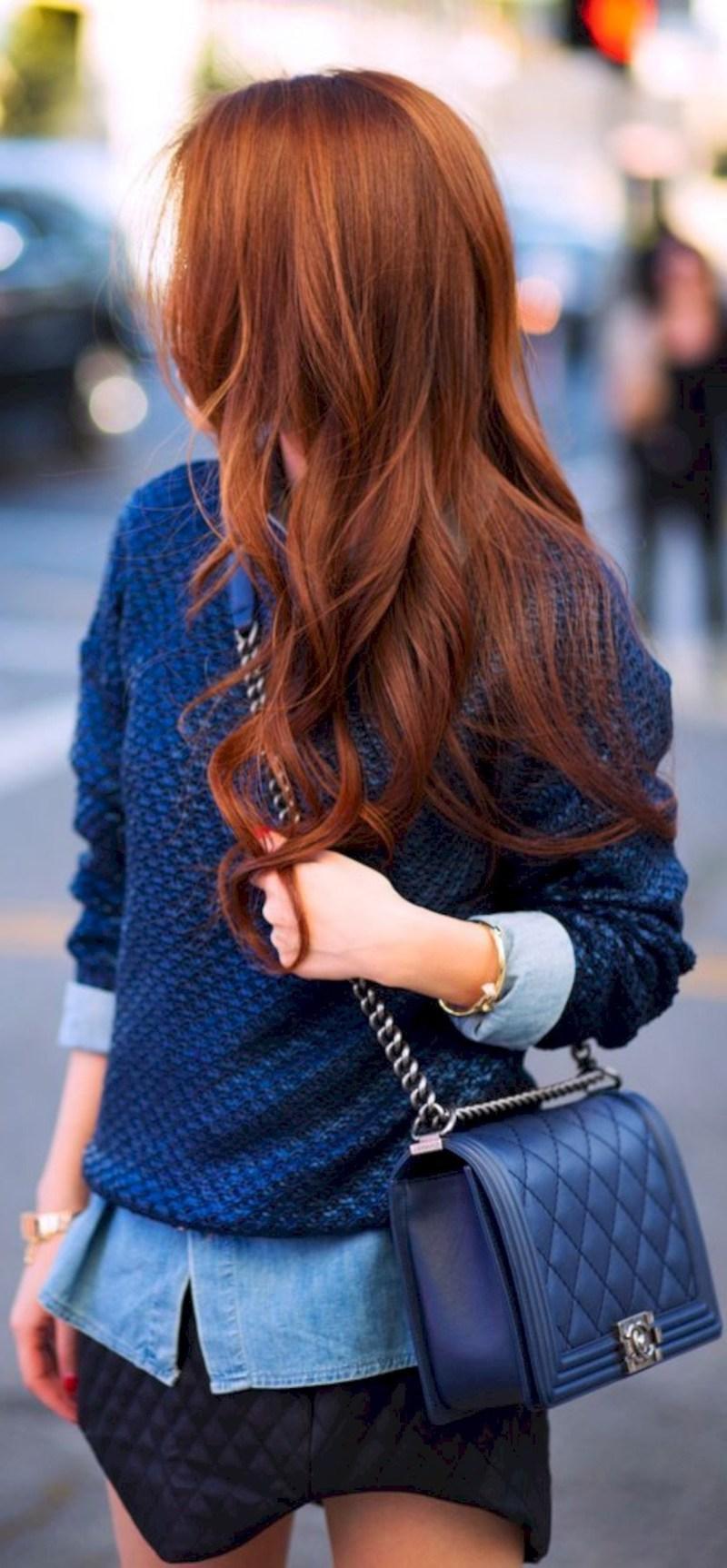 balayage auburn femme en chemisier bleu clair pull bleu foncé et jupe noire