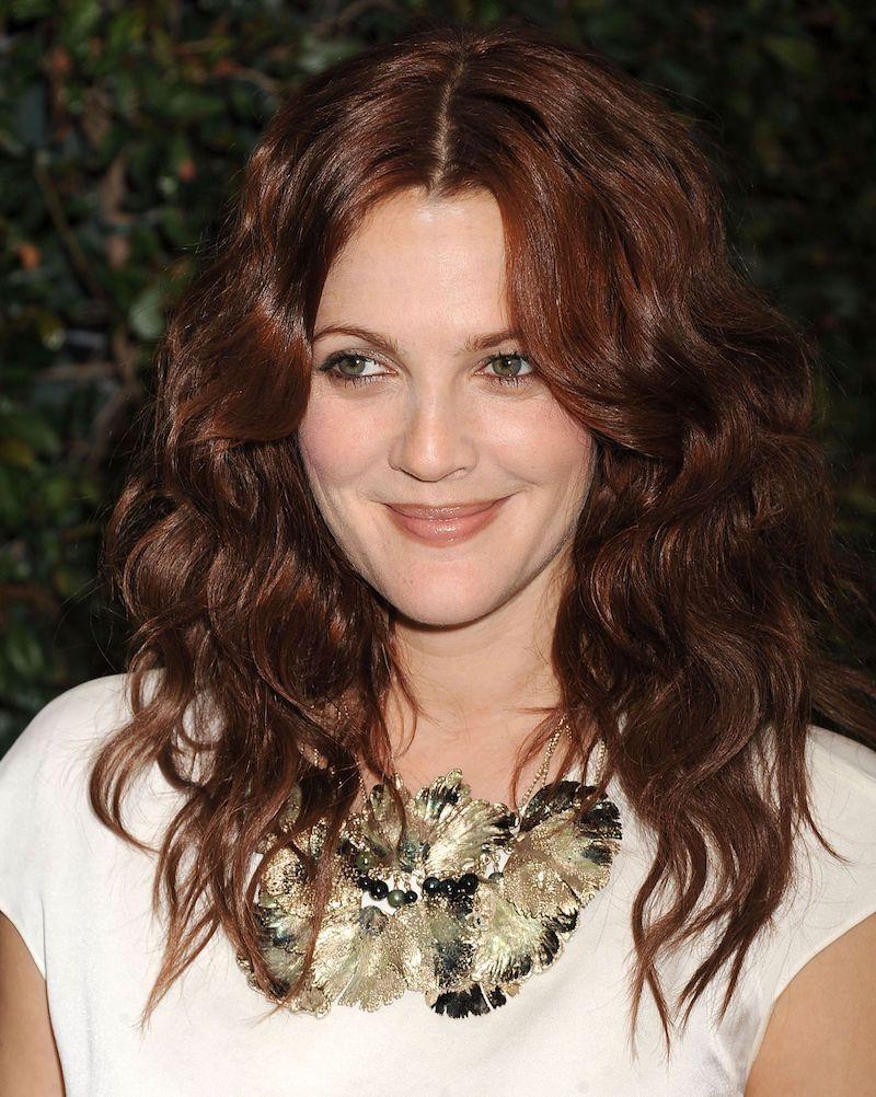 balayage cuivré roux sur brune femme en tenue blanche avec collier original