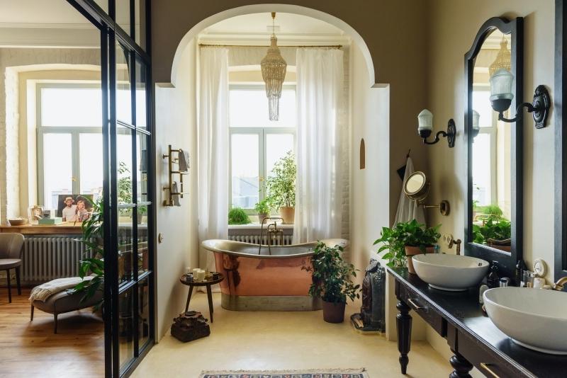boho chic style intérieur salle de bain avec baignoire double vasque