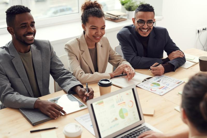 bureau avec rangement pas cher salariés qui sourient