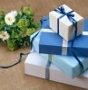 cadeaux de mariage quatre boîtes emballées en bleu et blanc
