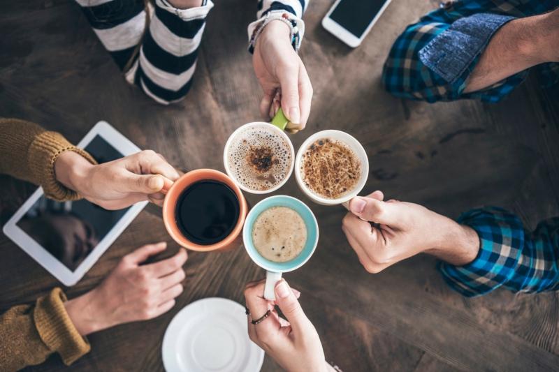 café froid des amis qui boivent du café ensemble