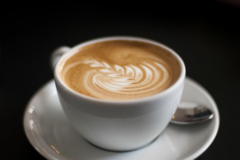 café glacé art de café sur un macchiato dans une petite tasse blanche