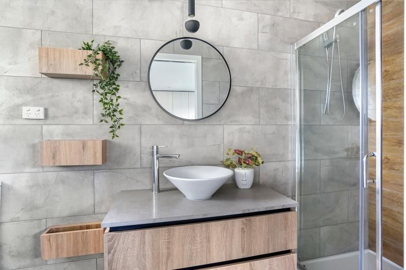 carrelage effet béton salle de bain moderne rangement bois