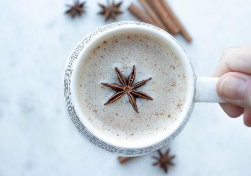 chai latte une tasse de thé au lait garni de badiane chinoise
