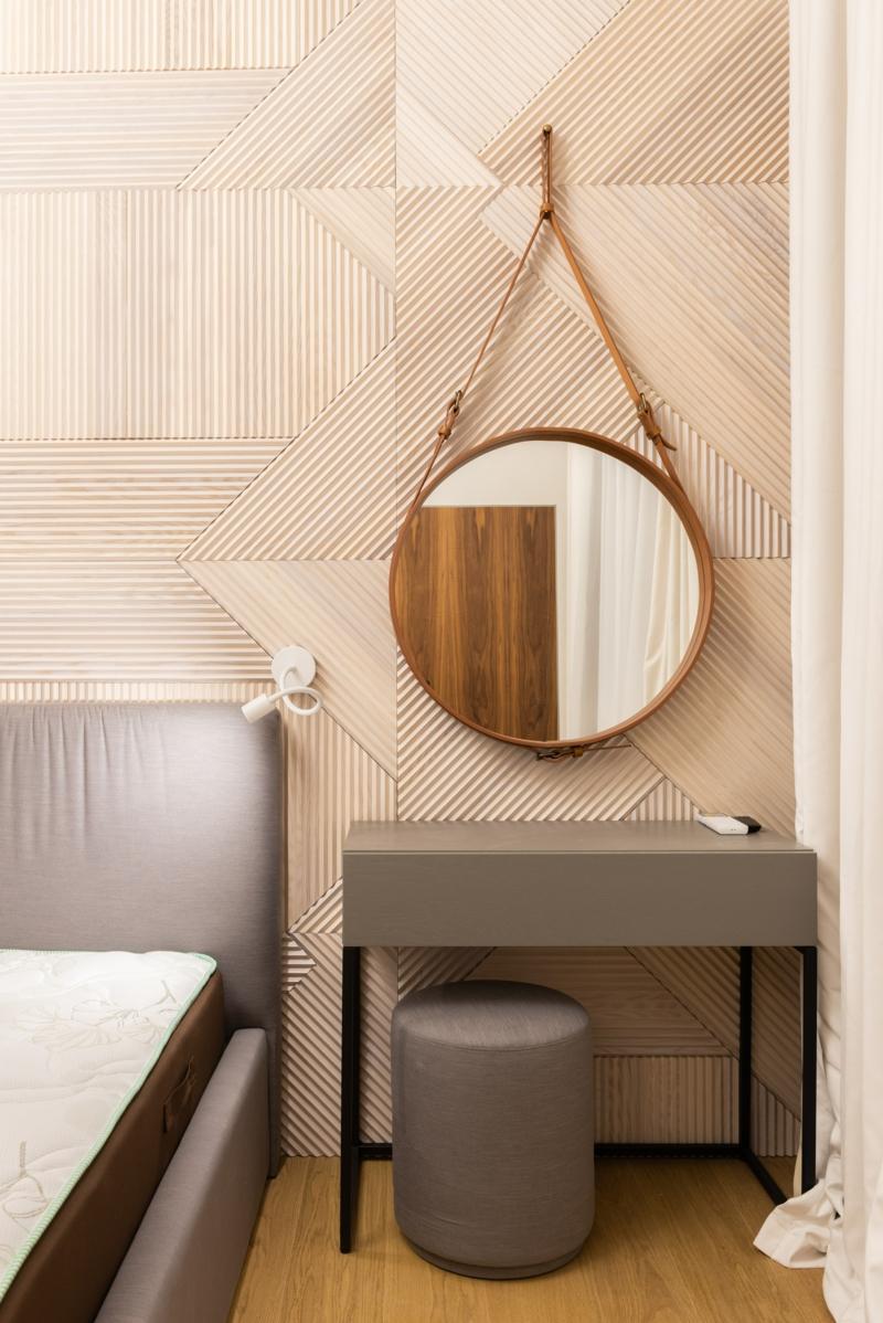 chambre blanche et grise un lit avec un mirroir à côté