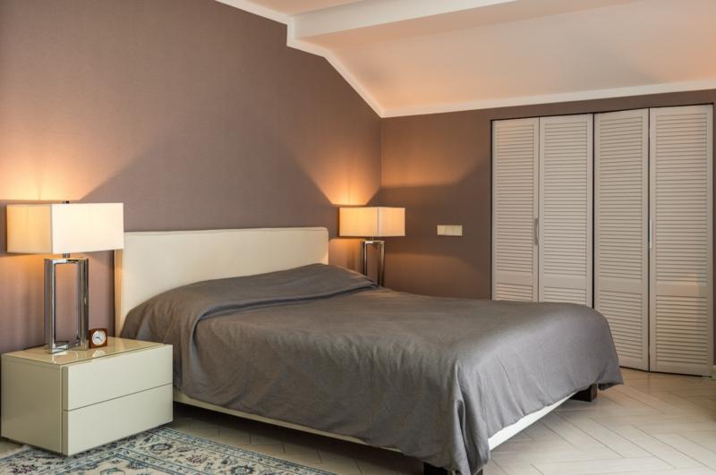 chambre grise moderne un lit gris et un armoire