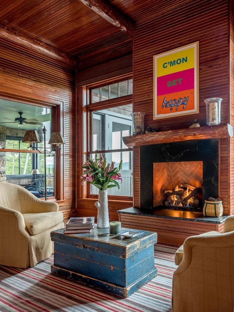 cheminée briques déco petit salon cosy revetement mural en bois foncé