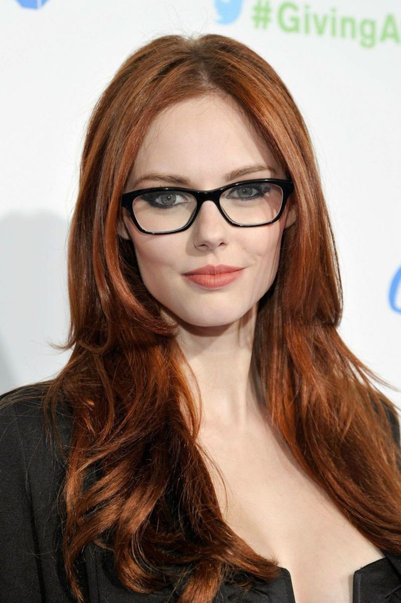 cheveux auburn cuivré femme avec aux lunettes et veste noire