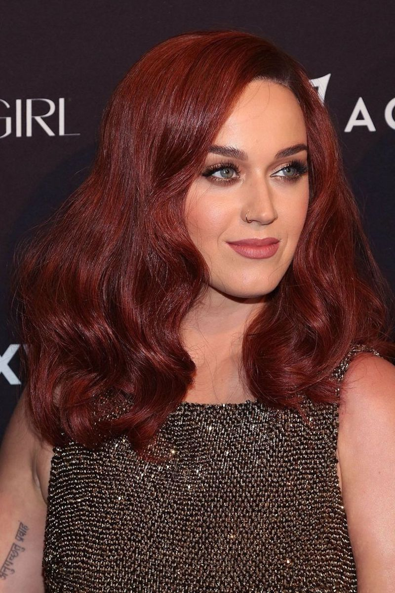 cheveux auburn cuivré katy perry en tenue de soirée