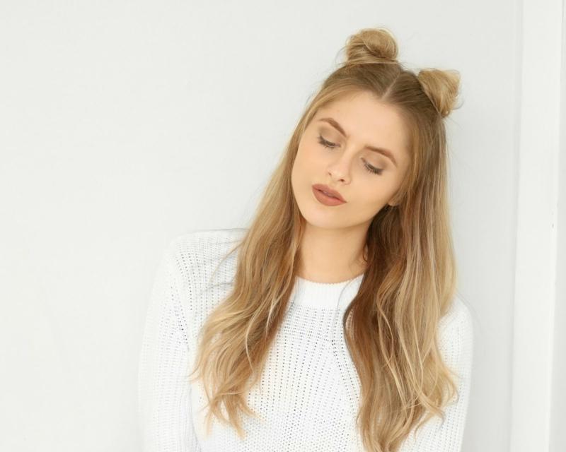 coiffure pour la rentrée ado petits pains spatiaux avec une partie des cheveux