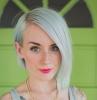 coloration blond polaire coupe courte asymétrique raie cheveux lisses