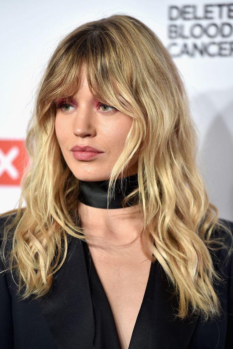 comment coiffer une frange rideau cheveux longs blonds ondulés style boheme