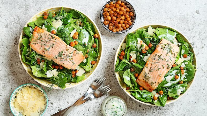 comment manger pois chiche en salade verte avec du saumon