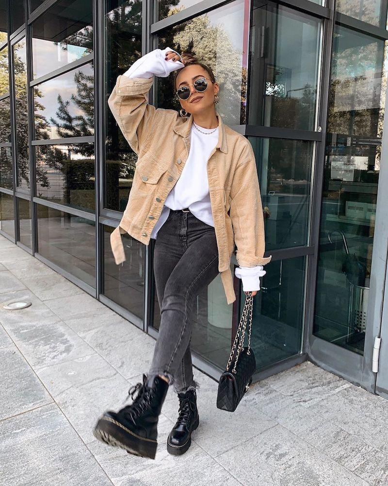 comment s habiller en automne veste beige en denim jeans noirs top décontracté