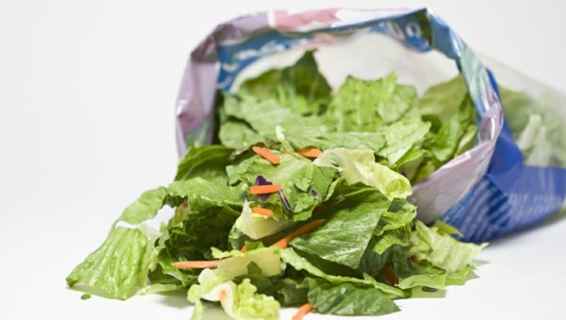 conservation salade en sachet feuilles vertes qui sortent d un sachet