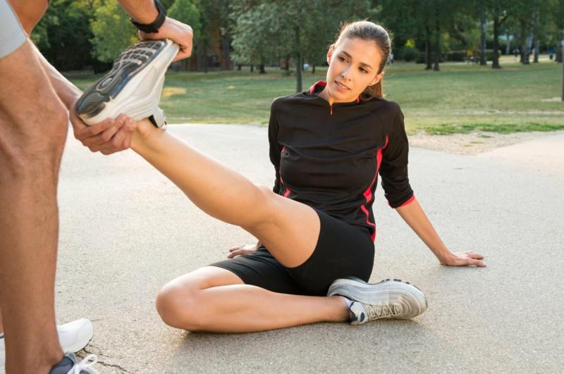 contracture musculaire mollet un homme qui aide une femme à étirer ses muscles