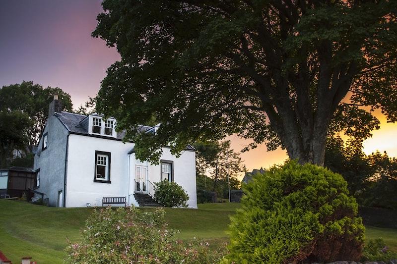 couche du soleil maison blanche arbre pelouse verte