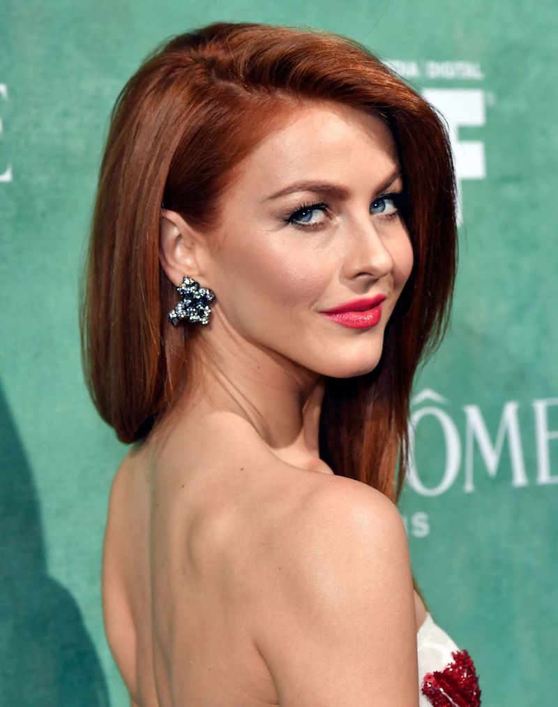 couleur cuivré cheveux femme en robe élégante aux lèvres roses