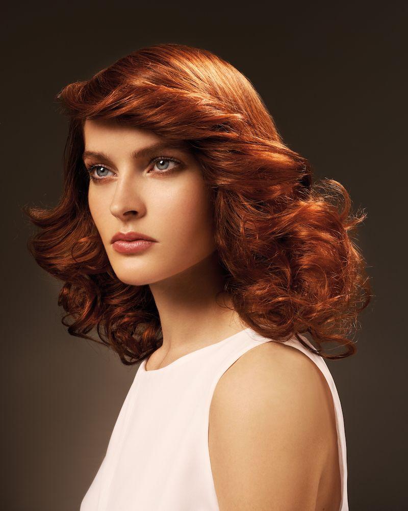 couleur cuivré cheveux femme en tenue blanche au maquillage discret