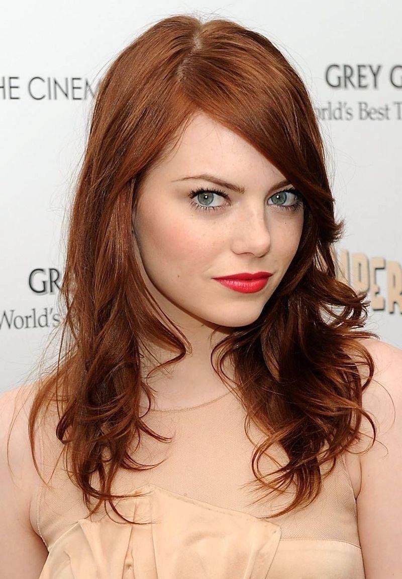 couleur de cheveux cuivré emma stone en robe beige et aux lèvres rouges
