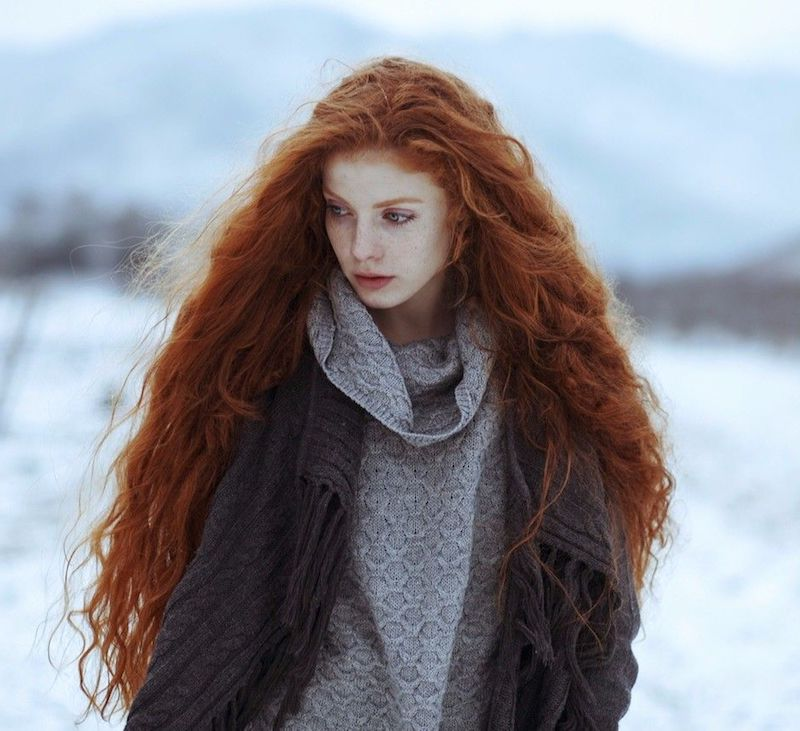 couleur de cheveux cuivré femme en pull gris oversize et écharpe épaisse